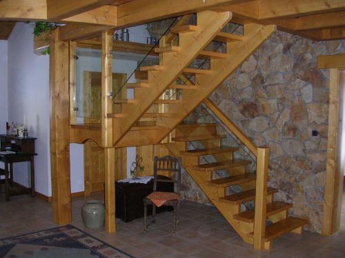 Escalier sapin teinté.jpg