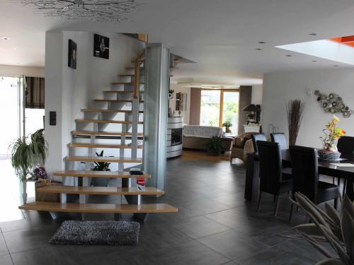 Escalier marche bois et limon gris.jpg