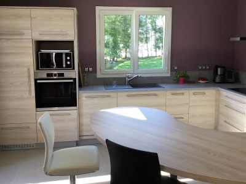 cuisine en mélaminé bois mur aubergine.jpg